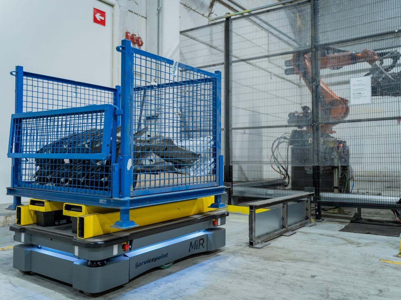 A Stera Technologies egy MiR500-al szállít nehéz alkatrészeket a raktárból a gyártótér robotcelláihoz, így nincs szükség villástargoncákra a gyár területén.